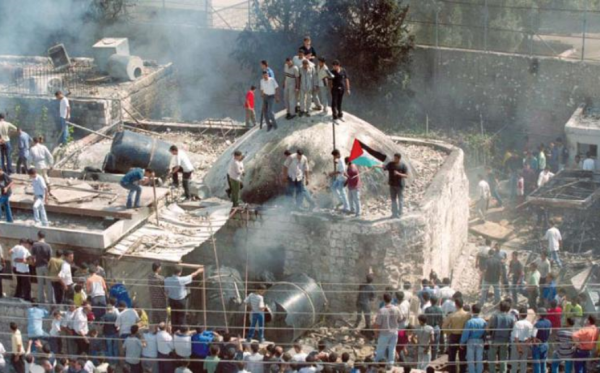 Palestinian mob destroying Joseph's Tomb in Nablus | October 2000 | YouTube screenshot